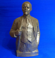 Продаются фарфоровые и бронзовые статуэтки.Предметы антиквариата и старины.